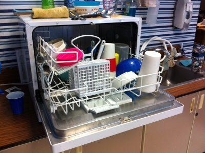 Jak vyčistit myčku na nádobí? Octem to nezkoušejte, existuje lepší řešení