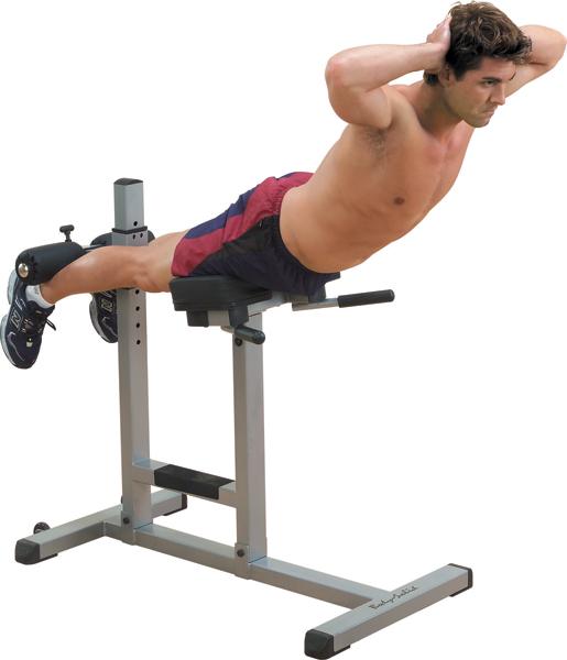Hyperextenze jako jednoduchý cvik na záda se dá vykonávat i doma, stačí vám na to speciální lavička